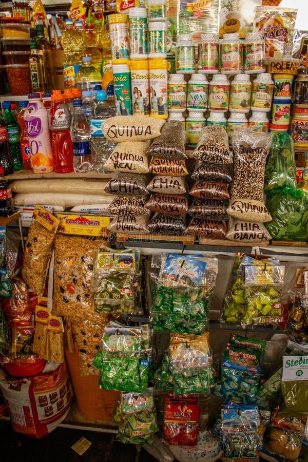 Местный продовольственный рынок в деревне Cuzco, Перу стоковые фото