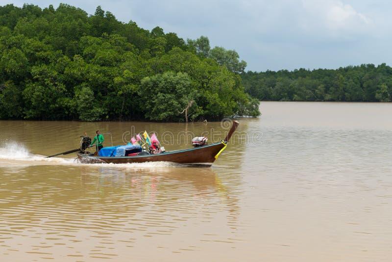 Местный рыболов и его жена, курсируя вдоль реки Krabi внутри стоковое фото rf