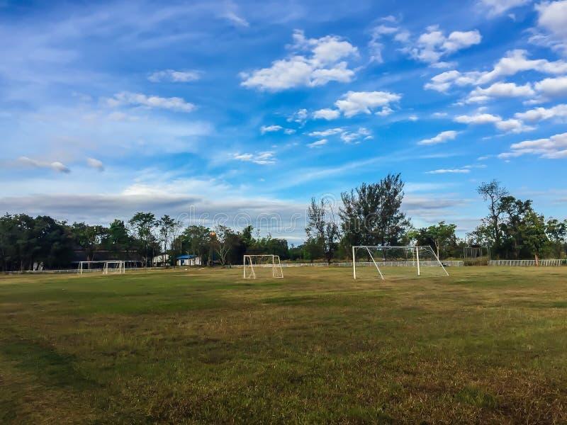 Местный футбольный стадион с столбом цели и голубым clo неба и белых стоковые изображения