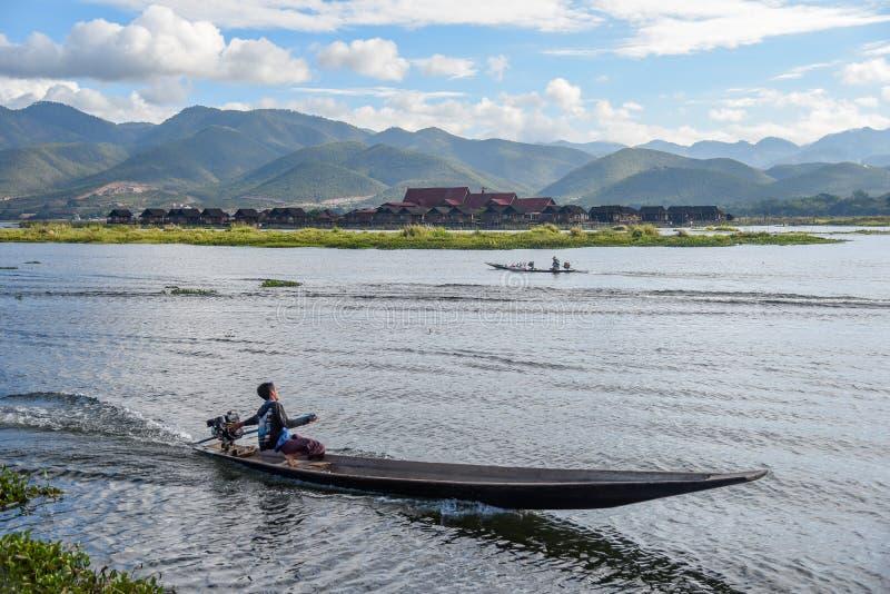 Местный человек на шлюпке в озере Inle, Мьянме стоковые фотографии rf