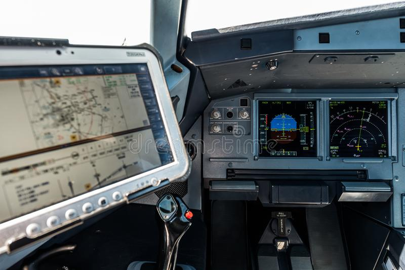 Место арены, капитана самолета с основным дисплеем полета и дисплеем навигации во фронте и компьютер с навигационным стоковые фото