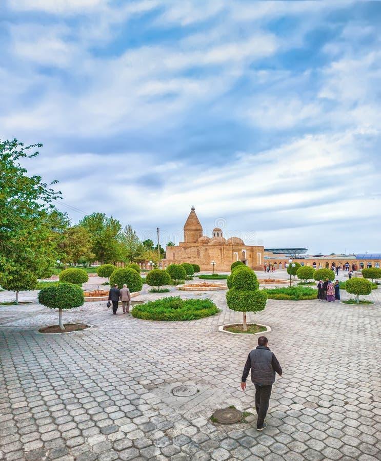 Место ввиду мавзолея Бухары Chashma-Ayub, Узбекистана стоковые фото