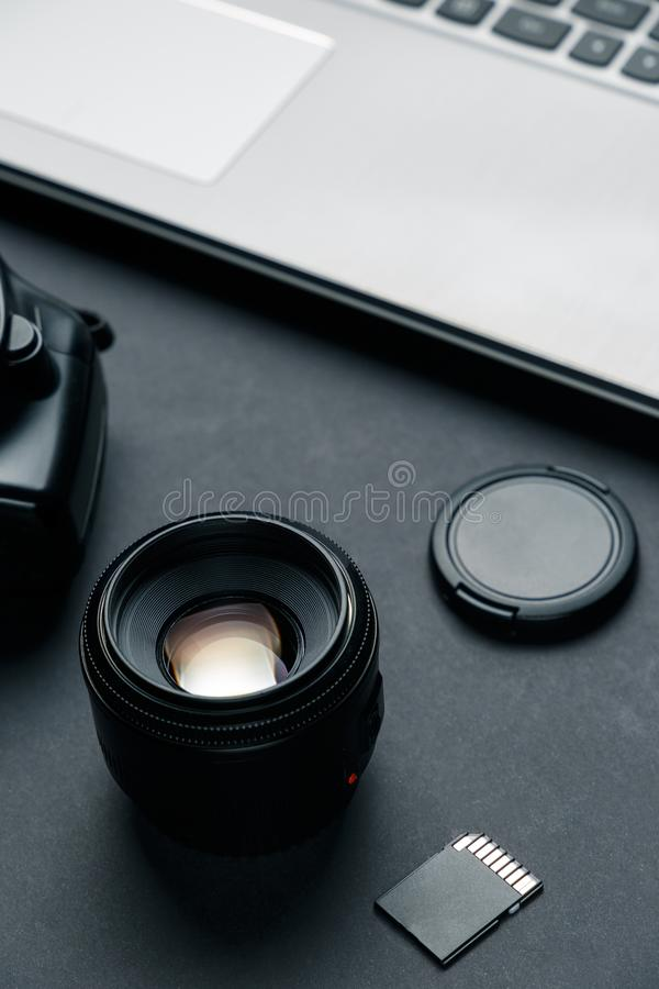 Место для работы на черной таблице фотографа Минимальное место для работы с ноутбуком стоковые фото