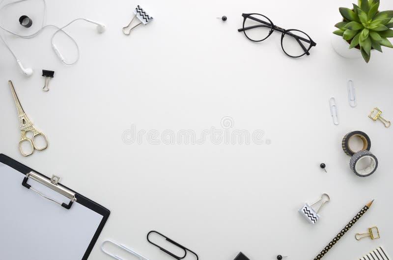 Место для работы стола домашнего офиса с аксессуарами офиса на белой предпосылке стоковое изображение