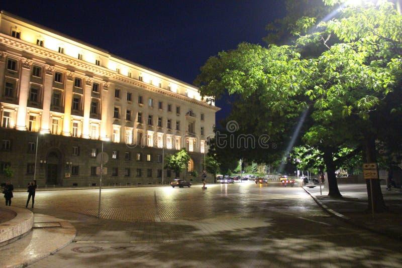 Место и дорога к фонтану перед президентством в фото ночи Софии - Болгарии стоковые изображения rf