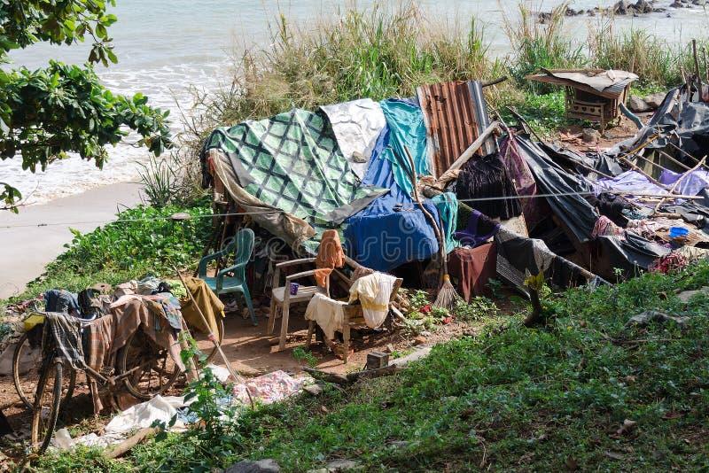 Место, который нужно остаться и на всю жизнь бездомных, около пляжа моря стоковое изображение rf