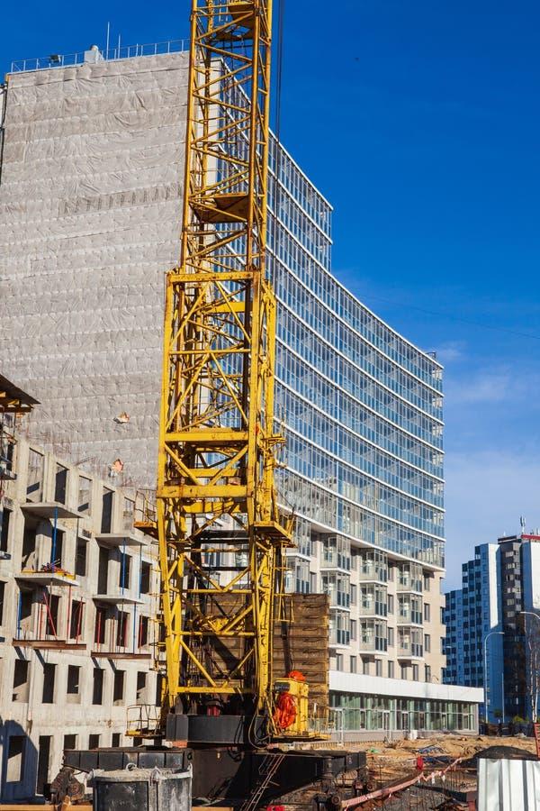 Место крана и строительной конструкции против голубого неба, конца-вверх стоковое изображение rf
