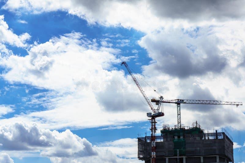Место крана и строительной конструкции с голубым небом стоковые фото