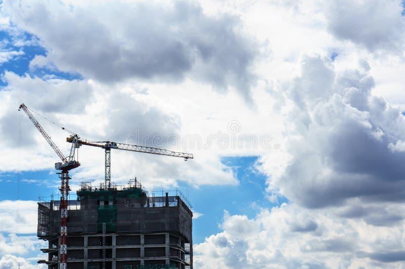 Место крана и строительной конструкции с голубым небом стоковое изображение rf