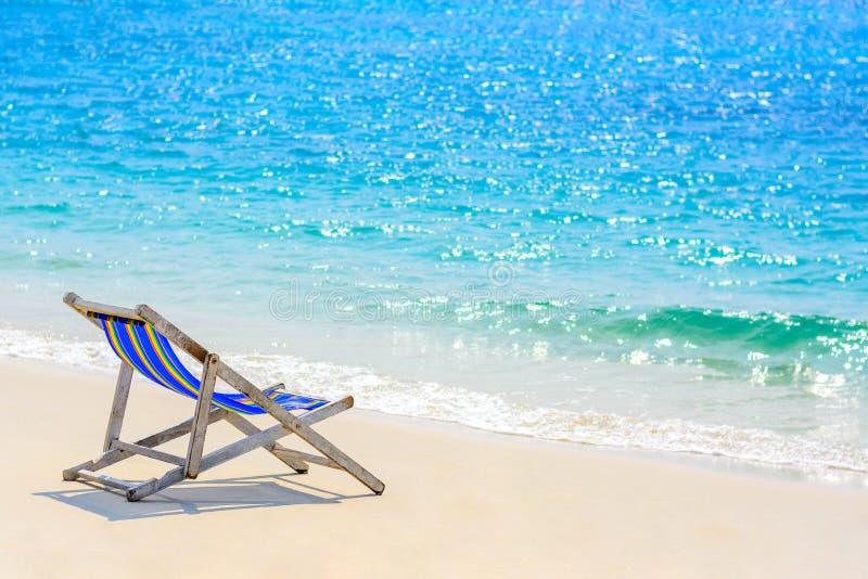 Место на пляже с голубым морем стоковые фотографии rf