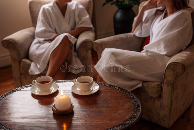 Место ожидания курорта с женщинами в предпосылке стоковое изображение
