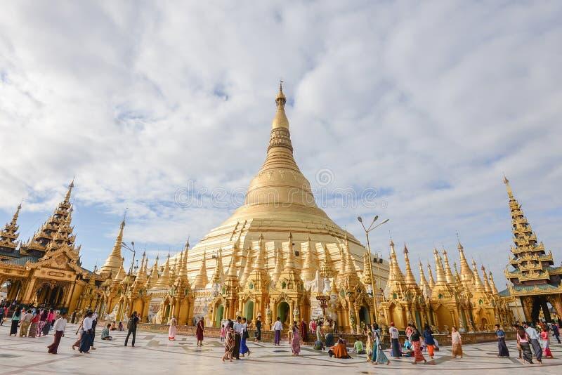 Место пагоды paya shwedagon Мьянмы города 17-ое декабря 2016 Янгона fomous для людей буддизма место для поклонения и стоковая фотография