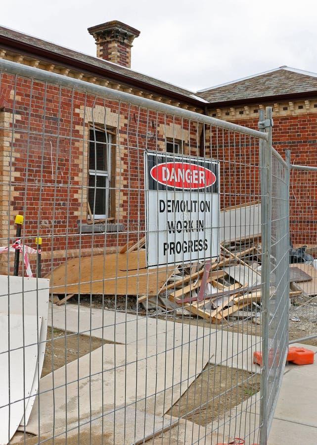 Место подрыванием здания с signage, баррикадой и щебнем стоковая фотография rf