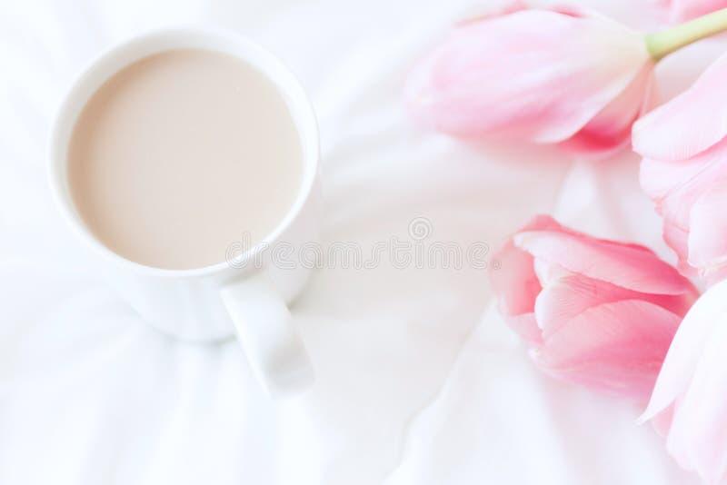 Место работы ` s женщины в кровати Взгляд сверху Завтрак стоковая фотография rf