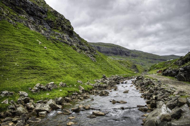 Место реки Saksun иконическое в острове Streymoy, Фарерских островах, Дании, Европе стоковые изображения