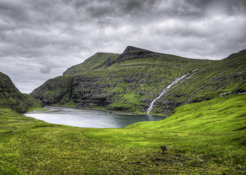 Место реки Saksun иконическое в острове Streymoy, Фарерских островах, Дании, Европе стоковые фотографии rf