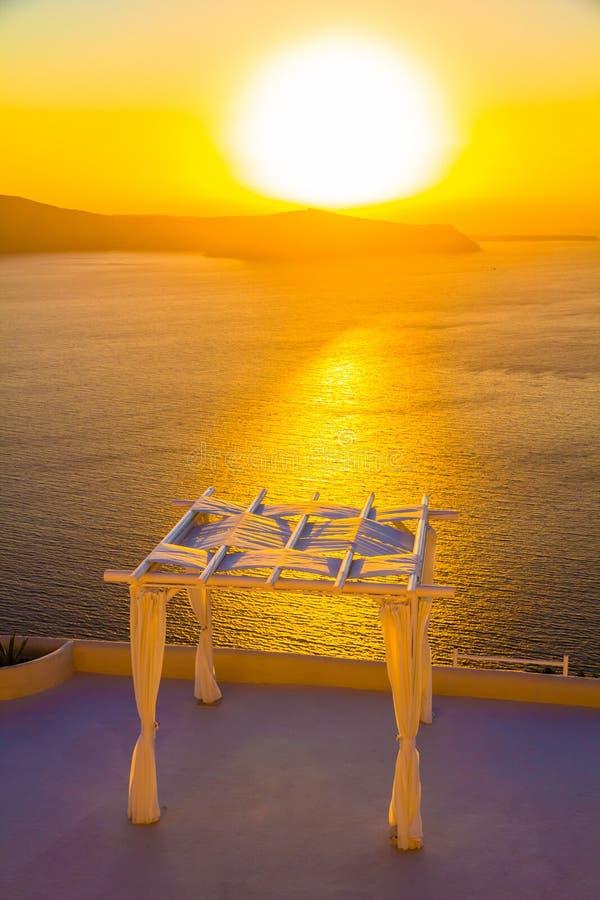 Место свадьбы во время захода солнца, Imerovigli, острова Santorini, Греции стоковая фотография rf