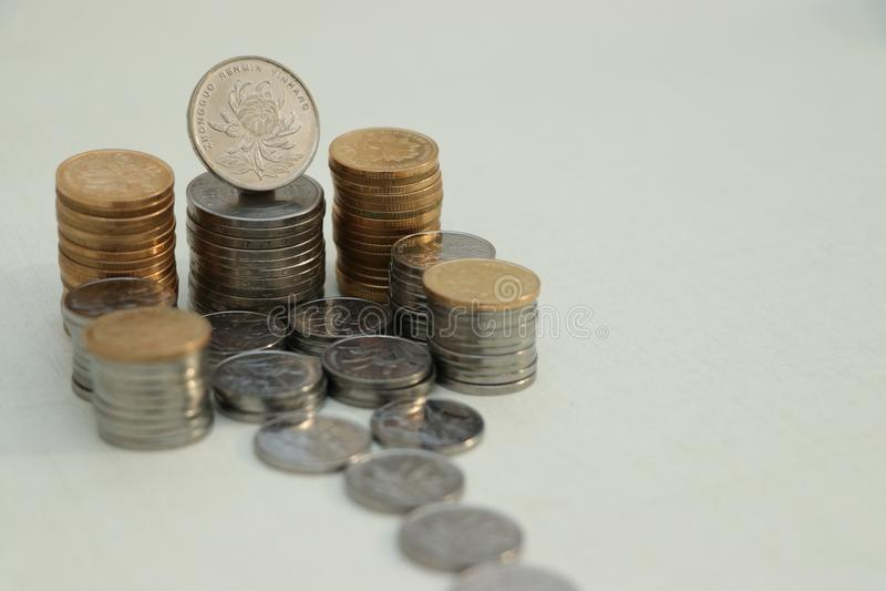 Место с много монетками стоковые фото