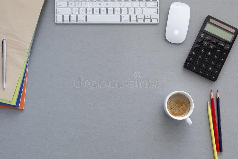 Место службы офиса на сером деревянном столе стоковые фотографии rf