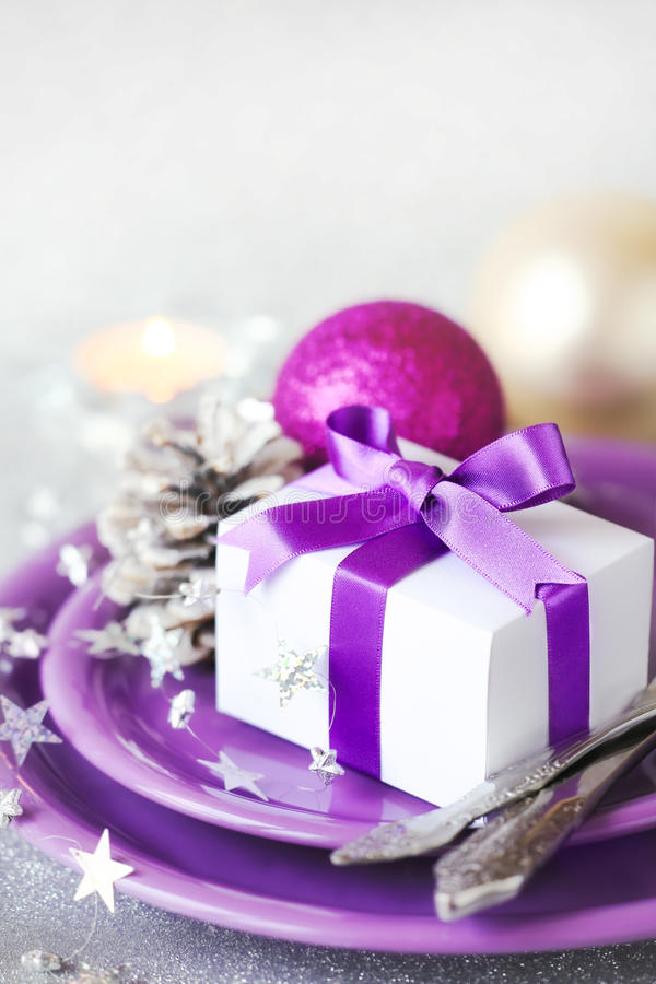Место таблицы рождества с подарком стоковое фото rf