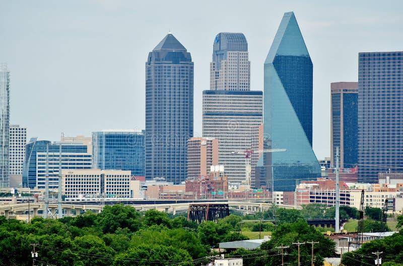 Место фонтана Далласа Техаса и соседские здания стоковое фото rf