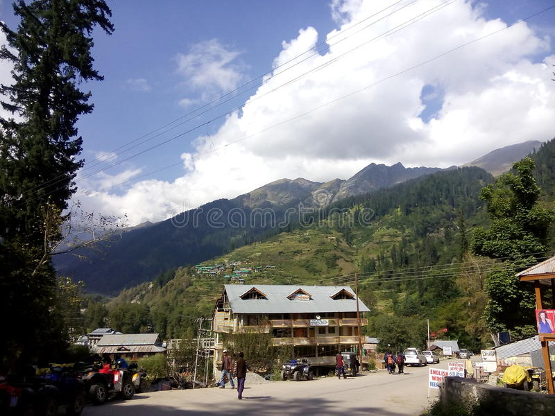 Место холма Manali вне гостиницы стоковые фотографии rf