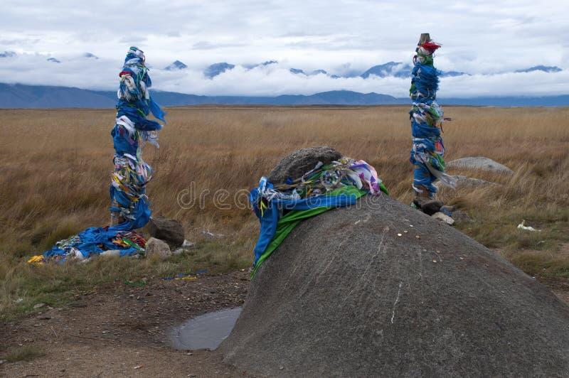 Место шамана Buryat с тотемами и камнем быка стоковые изображения