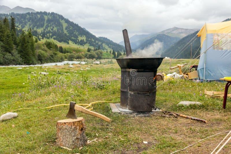 Место для лагеря экспедиции и место варить с железной печью стоковые изображения rf