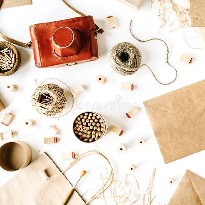 Место для работы стиля фрилансера ретро коричневое с винтажной камерой фото, конвертом ремесла, карандашами, инструментами стоковая фотография rf
