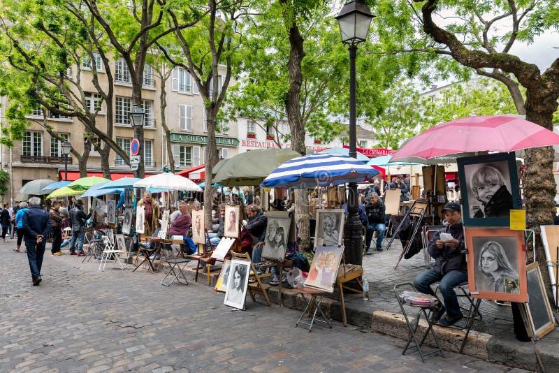 Место du Tertre в Париже с художниками готовыми для того чтобы покрасить туристов стоковые фотографии rf