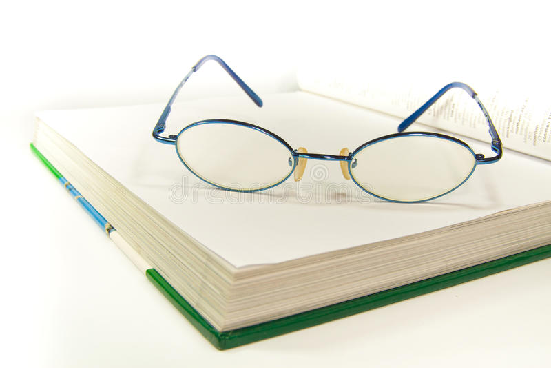 Место Eyeglass на белой книге стоковые фотографии rf