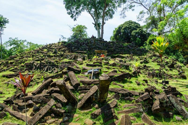 Место Gunung Padang Megalithic в Cianjur, западной Ява, Индонезии стоковые фотографии rf
