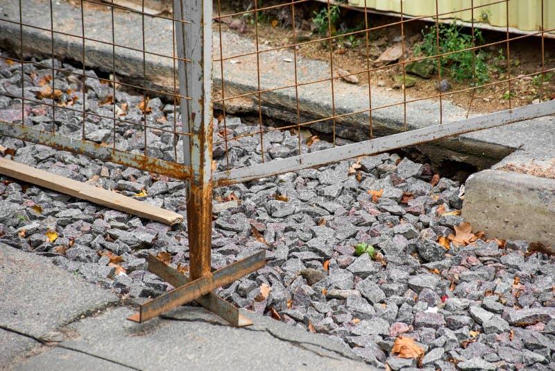 Металлическая загородка сетки на дороге под конструкцией стоковые фото