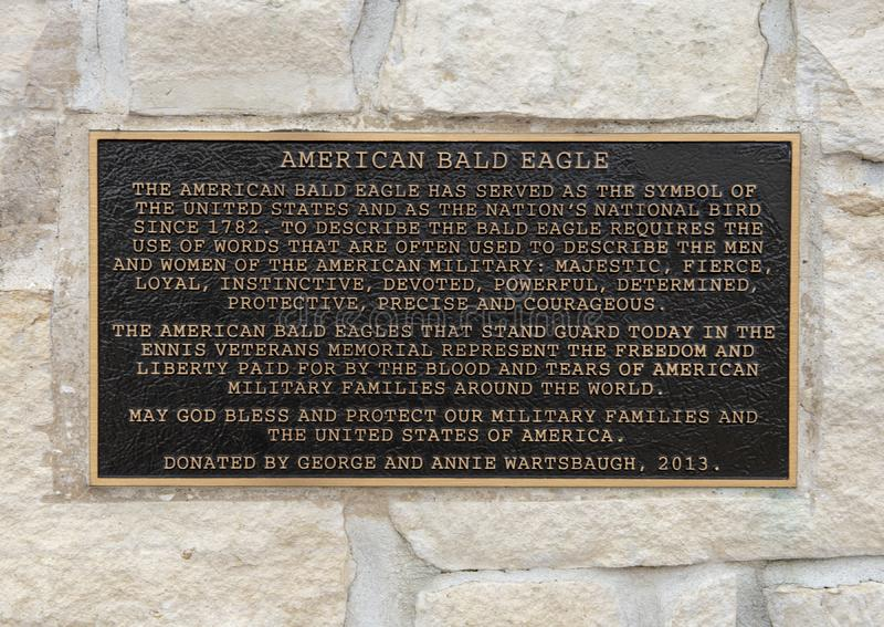 Металлическая пластинка информации для пары скульптур белоголового орлана фланкируя вход в парк ветерана мемориальный, Ennis, Тех стоковое изображение rf
