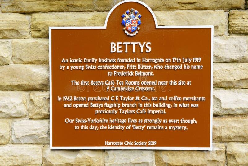 Металлическая пластинка металла вне Tearooms Бетти, Harrogate, северный Йоркшир стоковые изображения rf