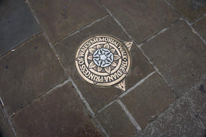 Металлическая пластинка металла в мостоваой, отмечать принцессу Диану Мемориальн Идти в Лондоне Англия стоковое изображение rf