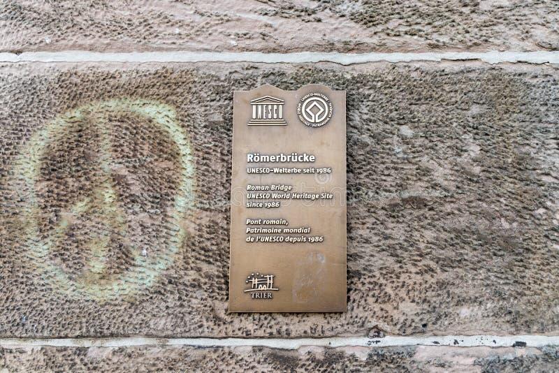 Металлическая пластинка ЮНЕСКО на Трир, Германии стоковые фотографии rf