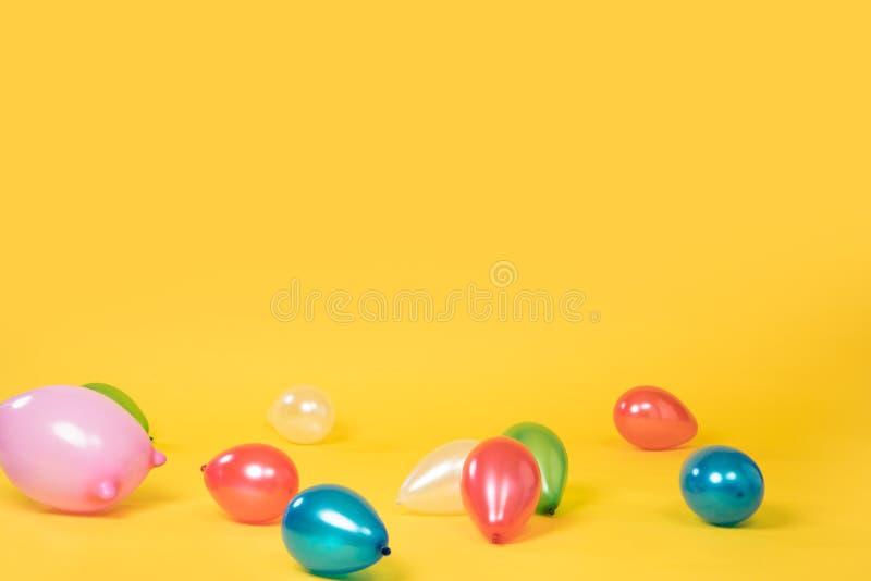 Металлические красочные воздушные шары на желтой безшовной предпосылке стоковые фото