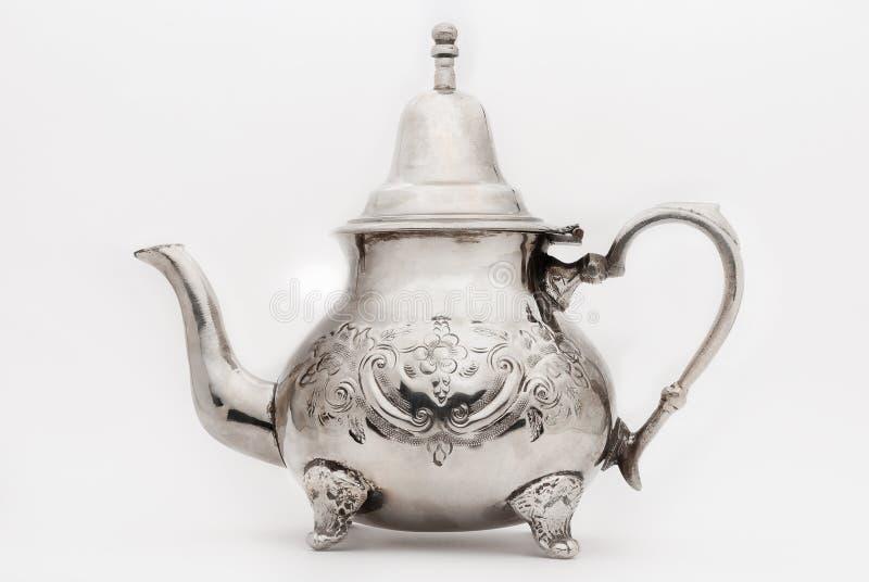 Металлический чайник изолированный на белизне стоковое изображение