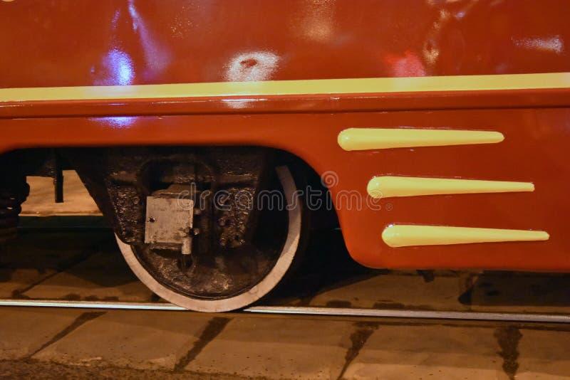 Металлическое колесо на рельсе Красная деталь трамвайной линии стоковая фотография