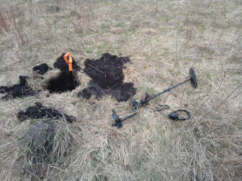 Металлоискатель и лопаткоулавливатель на предпосылке сухой травы стоковое изображение rf