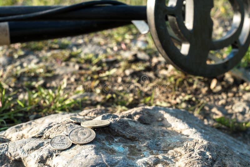 Металлоискатель и старые монетки времен СССР на камне стоковые фотографии rf
