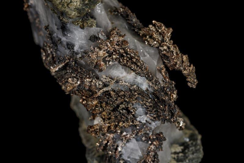Металл камня макроса минеральный серебряный в утесе на черной предпосылке стоковые изображения