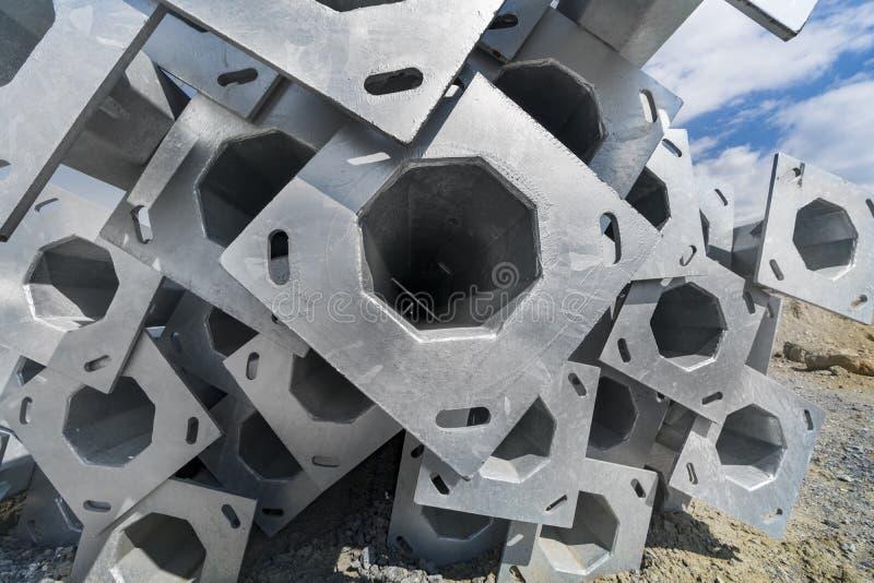 Металл пускает основание по трубам на строительной площадке стоковые фотографии rf