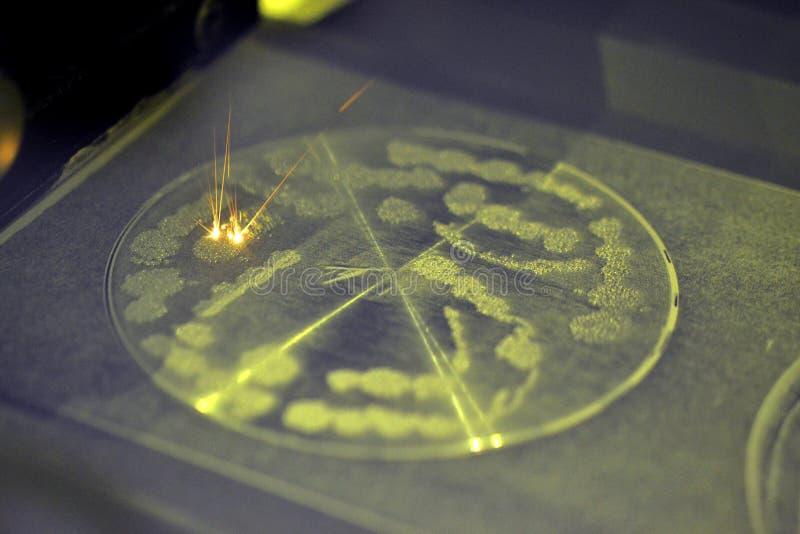 Металл спечен под действием лазера в пожеланную форму стоковое изображение