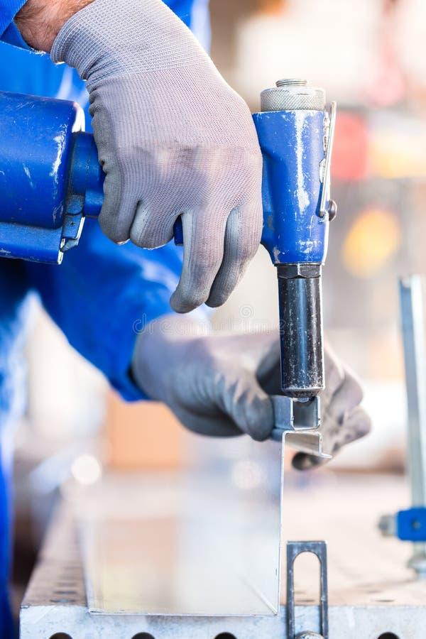 Download Металл заклепки мастера в мастерской Стоковое Фото - изображение насчитывающей мастер, обрабатывать: 40585832