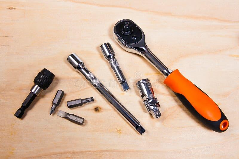 Металлические гаечные ключи на деревянной предпосылке стоковое изображение rf
