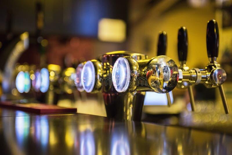 Металлические краны пива стоковое изображение