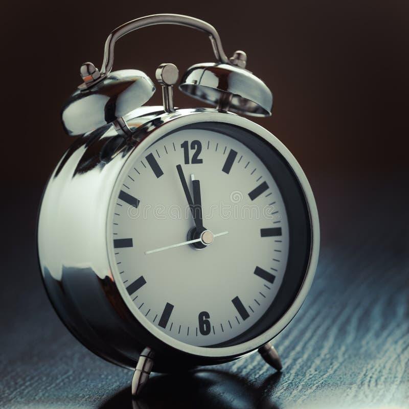 Download Металлический будильник стоковое изображение. изображение насчитывающей алеаторный - 37931703