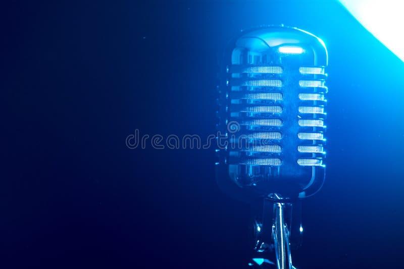 Металлический микрофон изолированный на голубой предпосылке стоковая фотография rf